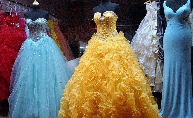 vystavené plesové šaty.jpg