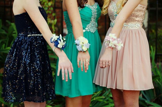dívky před plesem.jpg