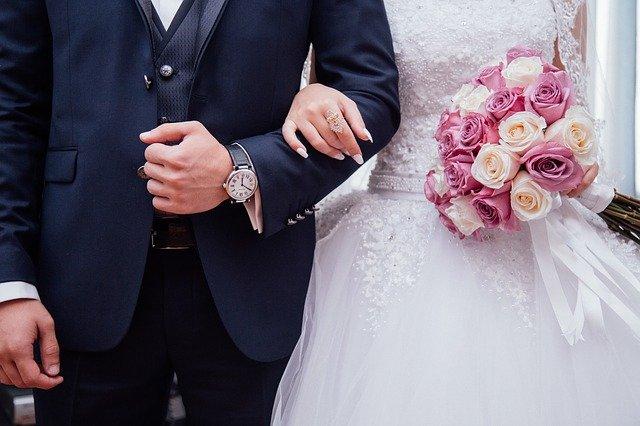 novomanželé v květinou.jpg