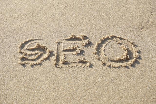 nápis seo v písku
