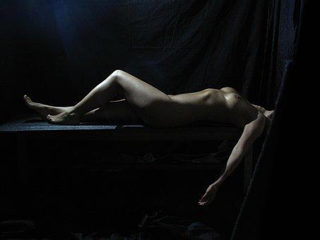 nahá žena